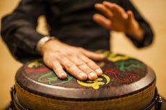 övande teknik för percussionist med den tamtamen eller valsen royaltyfri bild