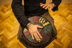 övande teknik för percussionist med den tamtamen eller valsen fotografering för bildbyråer