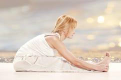 Övande yogaövning för kvinna Fotografering för Bildbyråer