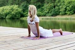 Övande yogaövning för kvinna Arkivfoto