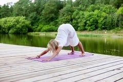 Övande yogaövning för kvinna Arkivbilder