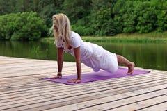 Övande yogaövning för kvinna Arkivfoton