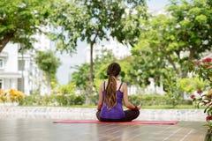 Övande Yoga Royaltyfri Bild