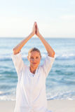 Övande yoga för aktiv kvinna Royaltyfria Foton