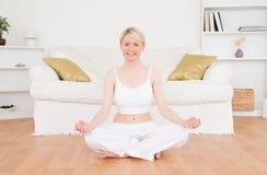 Övande yoga för förtjust blond kvinna Arkivfoto