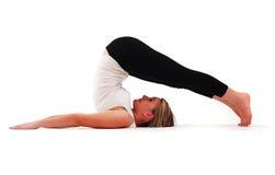 övande yoga för härlig flicka arkivfoton
