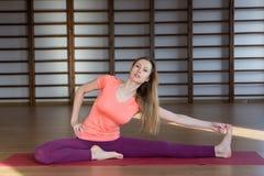 Övande yoga för härlig kvinna inomhus arkivbilder