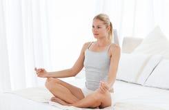Övande yoga för härlig kvinna på henne underlag 免版税图库摄影