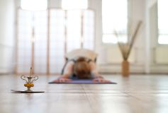 Övande yoga för kvinna på ett mattt fotografering för bildbyråer