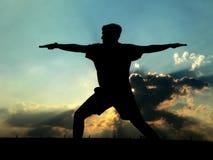övande yoga för man Arkivfoto