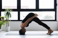 Övande yoga för mogen Caucasian kvinna på livingroomgolv royaltyfria foton