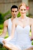 Övande Yoga för par Arkivfoto