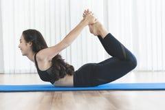 Övande yoga för ung asiatisk kvinna Royaltyfri Fotografi