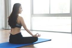 Övande yoga för ung asiatisk kvinna Royaltyfria Bilder