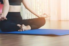 Övande yoga för ung asiatisk kvinna Fotografering för Bildbyråer