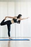 Övande yoga för ung asiatisk kvinna kopiera avstånd Royaltyfri Foto