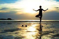 Övande yoga för ung kvinna Fotografering för Bildbyråer