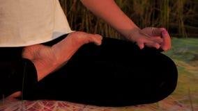 Övande yoga för ung kvinna på stranden på solnedgången stock video