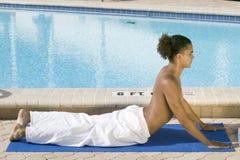 övande yogabarn för manlig Royaltyfri Bild