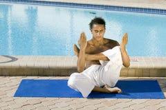 övande yogabarn för manlig Arkivbild