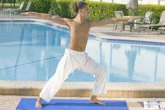 övande yogabarn för manlig Arkivfoto