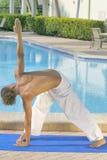 övande yogabarn för manlig Royaltyfria Foton