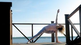 Övande yogadet fria för ung kvinna i sommar Sund livsstil lager videofilmer