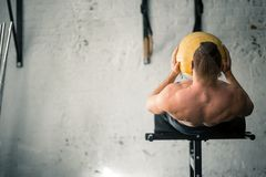 Övar utförande abs för kraftig idrotts- man med medicinbollen Royaltyfria Bilder