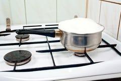 Över att koka mjölka royaltyfri fotografi