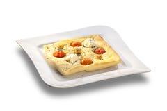 Över bakat gourmetlägenhetbröd med grillad tomater och ost Arkivfoton