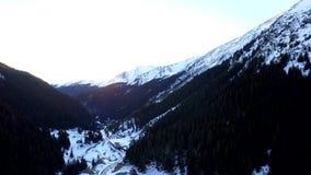 Över bergen och vägen stock video