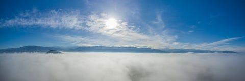 Över de panorama- molnen 02 Arkivfoto