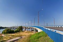 över den blåa brofloden royaltyfria foton
