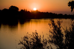 över den flodsacramento soluppgången royaltyfri fotografi
