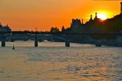 över den paris solnedgången Royaltyfri Bild
