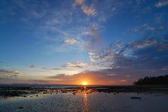 över den phuket havssolnedgången thailand Royaltyfria Foton