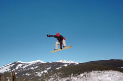 över den rockies snowboarderen Arkivfoto