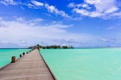 över den tropiska walkwayen för hav Arkivbild