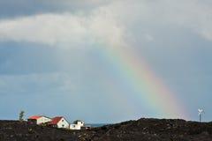 över den vulkaniska regnbågerocken Arkivbilder