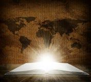 Över en öppen bok är en översikt av jorden Arkivfoto