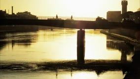 Över en bro i tidschackningsperiod lager videofilmer