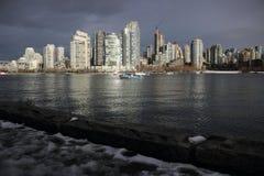 Över False Creek till i stadens centrum Vancouver Kanada royaltyfri fotografi