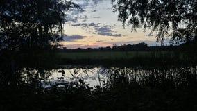 över flodsolnedgång Fotografering för Bildbyråer