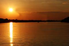 över flodsolnedgången zambezi zimbabwe Arkivfoton