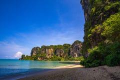 Över hängande klippor på en sandig strand Fotografering för Bildbyråer