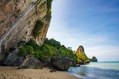 Över hängande klippor på en sandig strand Arkivbild