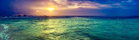 över havssolnedgång Fantastisk landskappanorama royaltyfri foto