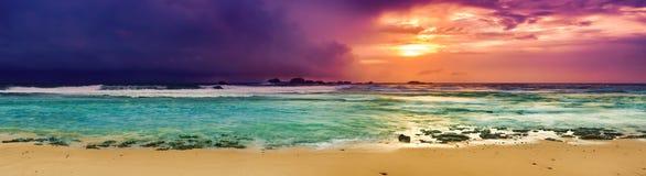 över havssolnedgång Fantastisk landskappanorama arkivbilder