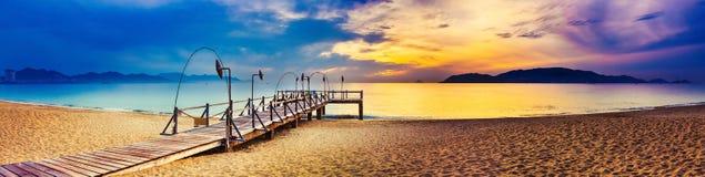 över havssoluppgång fantastisk liggande panorama royaltyfria bilder