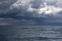 över havsthunderstorm Arkivbild